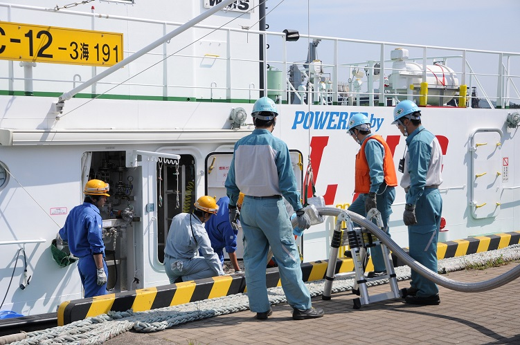 Pilot truck-to-ship LNG bunkering operation at Japan's Port of Kitakyushu