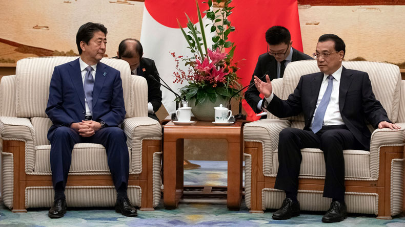 Japanese Prime Minister Shinzo Abe, left, and Chinese Premier Li Keqiang; Great Hall of the People 25/10/18