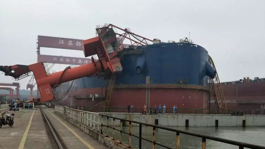 One dead after crane collapses at Yangzijiang :: Lloyd's List