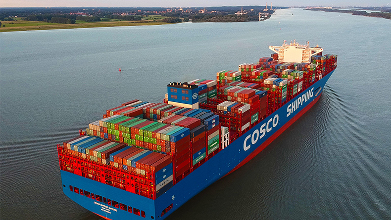 Mega-carrier Cosco Shipping Universe visits Port of Hamburg