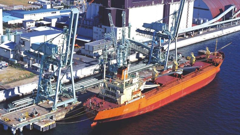 Dry bulk carrier at Humen Port Dongguan